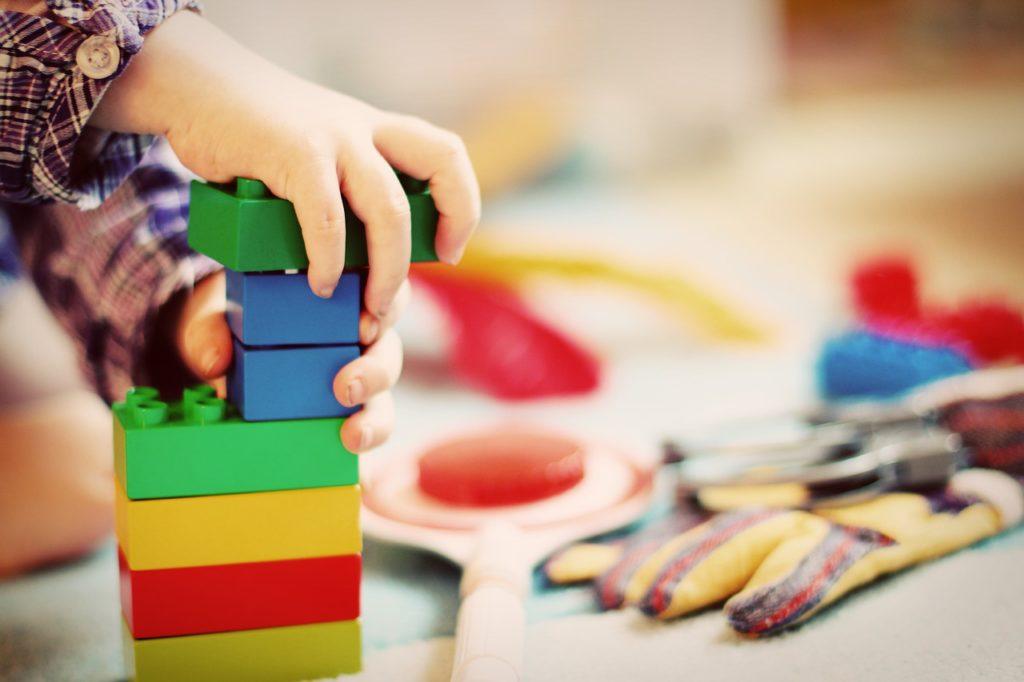 Brinquedos e brincadeiras podem contribuir para o desenvolvimento