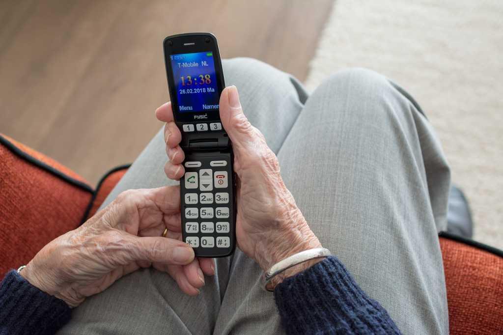 Idosos são as maiores vítimas de fraudes , Idoso - aparelhos celulares
