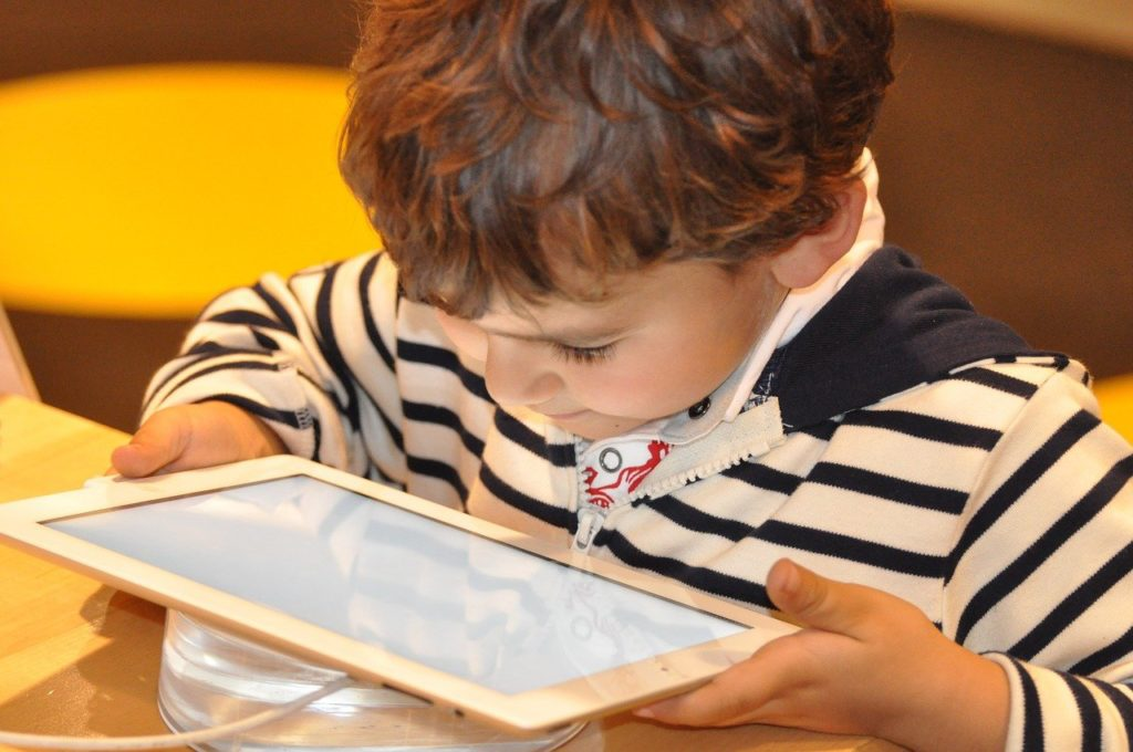 A exposição às telas de computadores , Danos à visão, Crianças e tablets