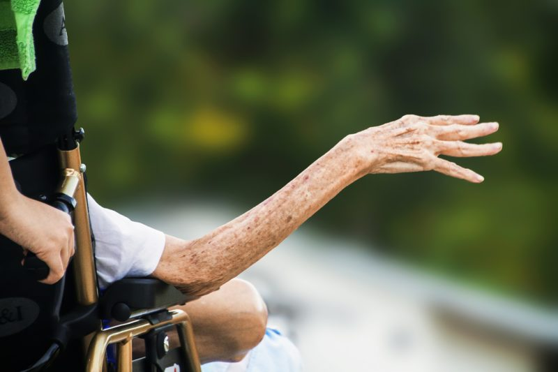 Quedas na terceira idade , Cuidados com idosos