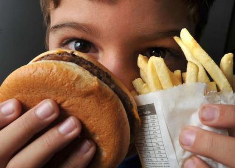 Embora alto, o valor calórico das refeições em fast foods foi inferior ao de de pratos feitos - Arquivo/Agência Brasil