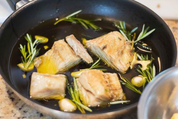 Bacalhau confitado com purê de grão de bico
